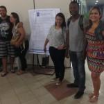 Representante de turma (à direita) com outros alunos em volta do cartaz CPA.